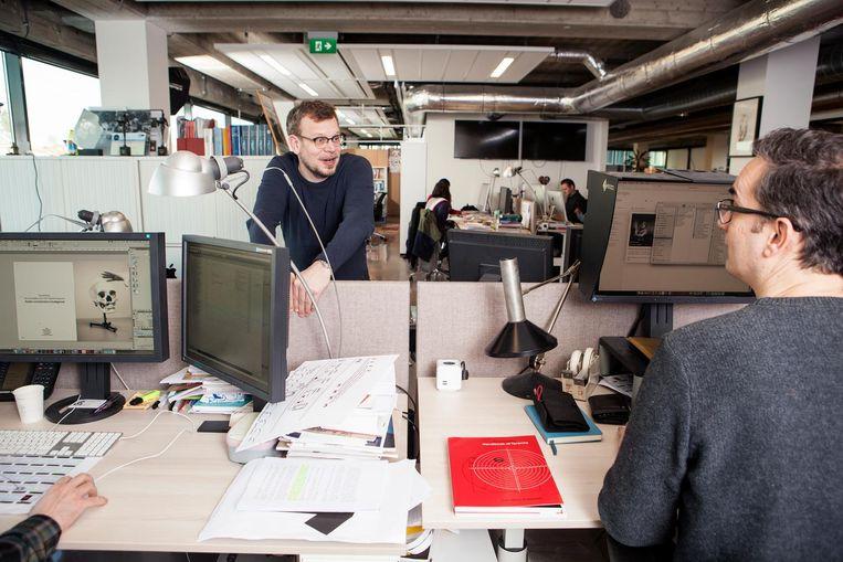Hoofdredacteur Ward Wijndelts (links) en beeldredacteur Rolf Rosing (rechts). Beeld Niels Blekemolen