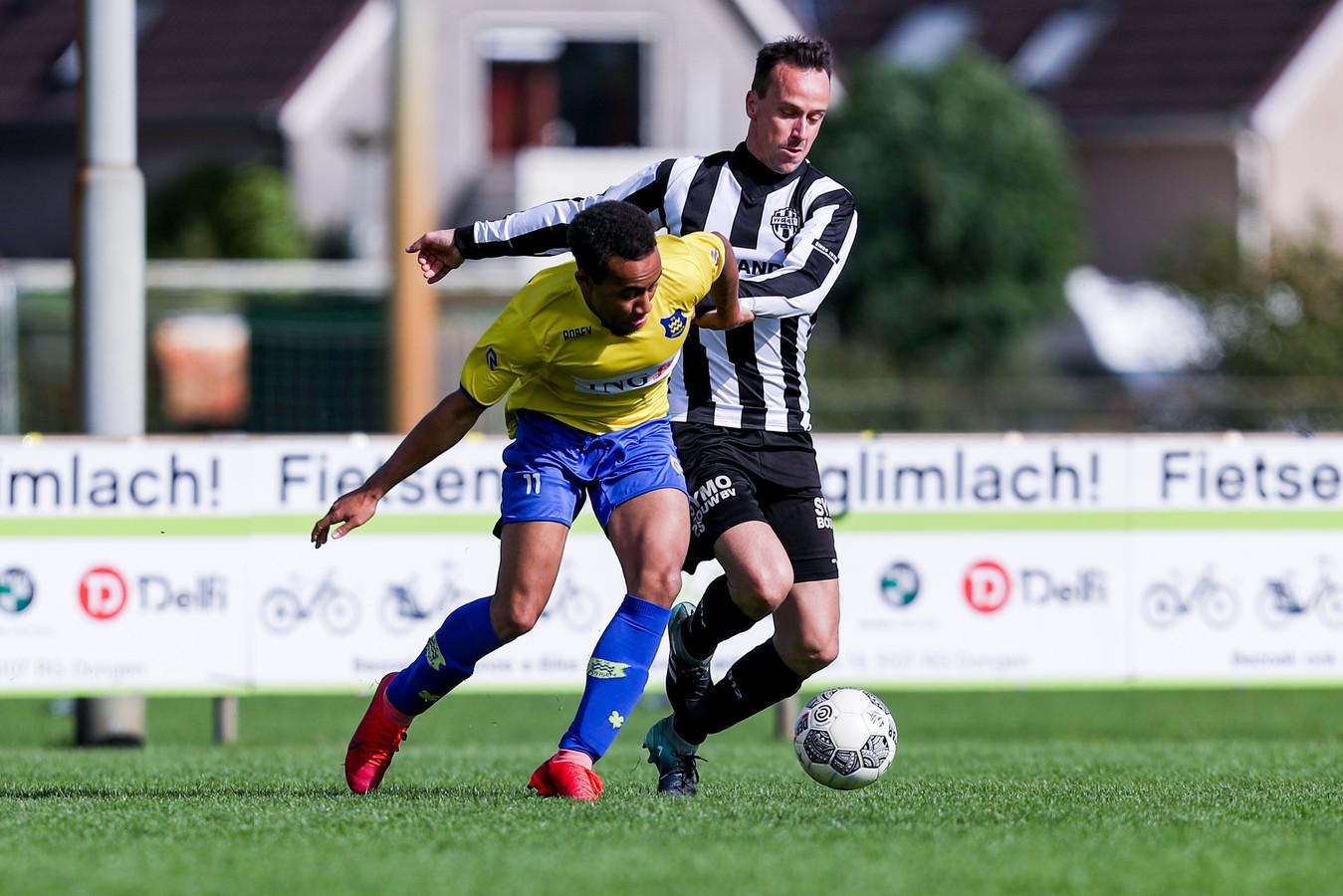 Spelbeeld uit de voetbalwedstrijd Dongen-Gemert op 4 oktober 2020. In beeld Dongen-speler Roshendley Saez in duel met een speler van Gemert.