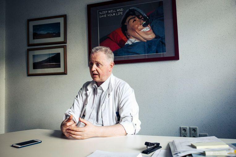 Professor Johan Verbraecken leidt de slaapkliniek van het UZA: 'Er is een verband tussen slapeloosheid en aandoeningen als obesitas en hoge bloeddruk.' Beeld Thomas Nolf