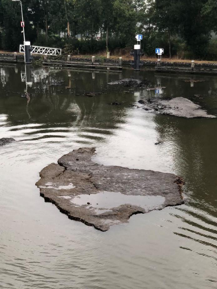 Veenbonken in de Gouwe bij de Julianasluis in Gouda.