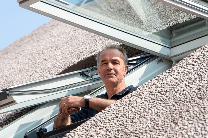 Jan Wemekamp zweert bij daken van kunstriet. ,,Vochtbestendig, rot dus niet en heeft een langere levensduur'', verklaart hij. ,,Vogels trekken er geen strootjes uit, want die kunnen ze niet gebruiken.''