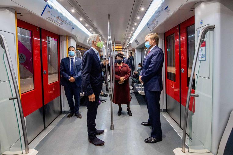 Koning Willem-Alexander, Mark Lohmeijer, algemeen directeur GVB, en Sharon Dijksma, wethouder gemeente Amsterdam, tijdens zijn werkbezoek aan de Noord/Zuidlijn. Beeld ANP