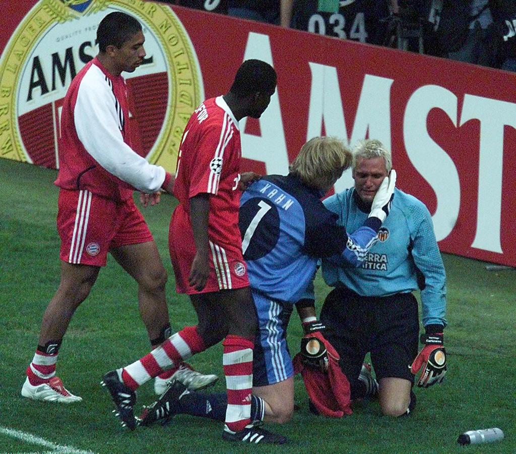 Oliver Kahn troost Valencia-doelman Santiago Canizares na de Champions League-finale in Milaan op 23 mei 2001.