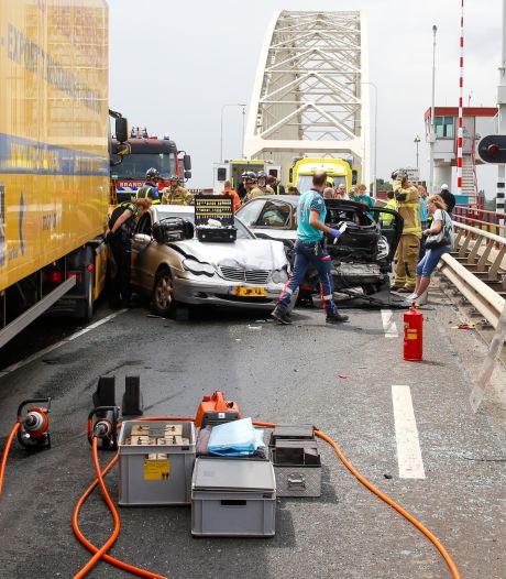 Man en kind raken gewond bij aanrijding tussen vrachtwagen en drie auto's in Alblasserdam