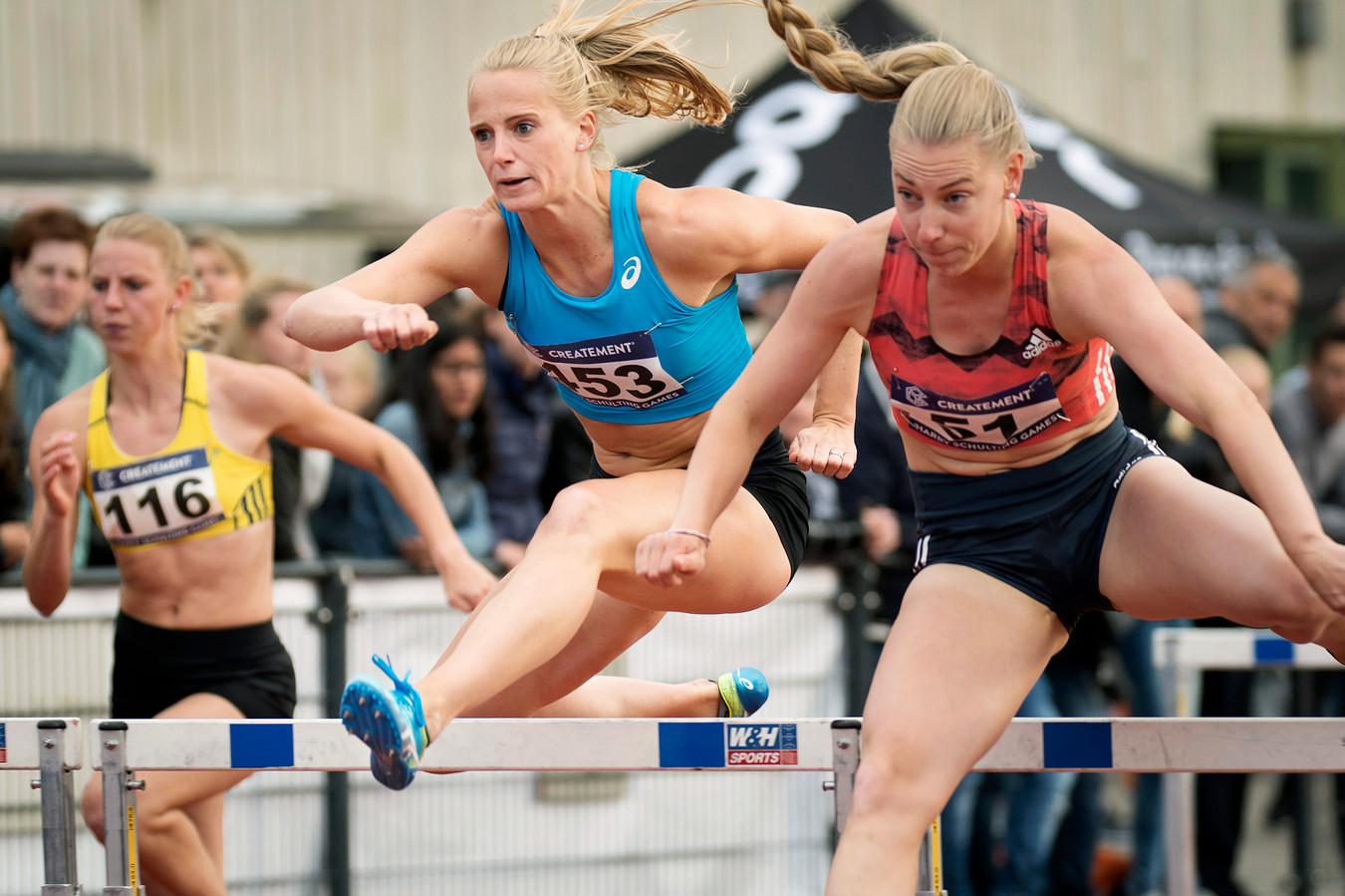 Eefje Boons (links) en Anouk Vetter (midden) op de 100 meter horden bij de Harry Schulting Games in 2018.