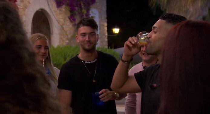 Efrain ging niet veel drinken tijdens 'Temptation Island: Love or Leave'. The limit does not exist.