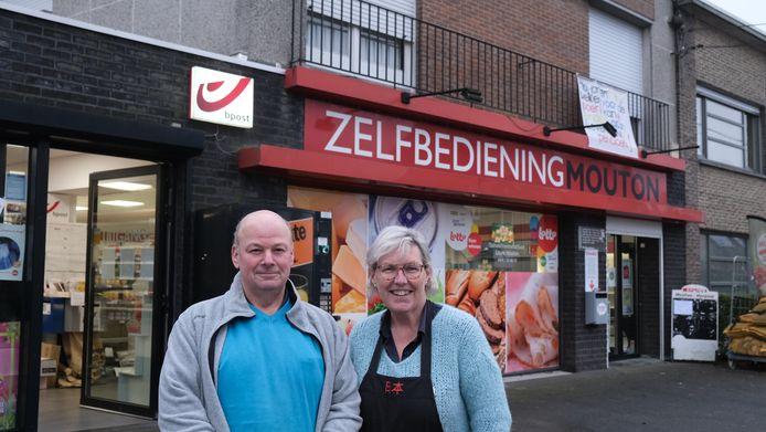 Patrick Mouton (62) en Dorty Herpoel (52)  hebben vandaag de laatste koopwaar verkocht in hun winkel.