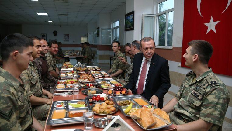 Erdogan gebruikt iftar-maaltijd met militairen, 14 juni. Beeld AFP