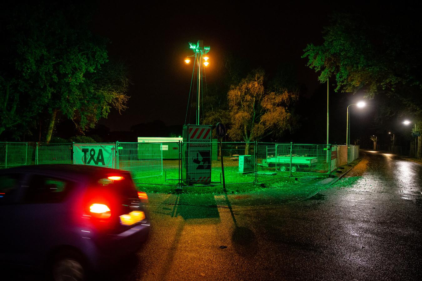 's Avonds en 's nachts is het afgesloten deel van het Goffertpark met groene lampen verlicht.