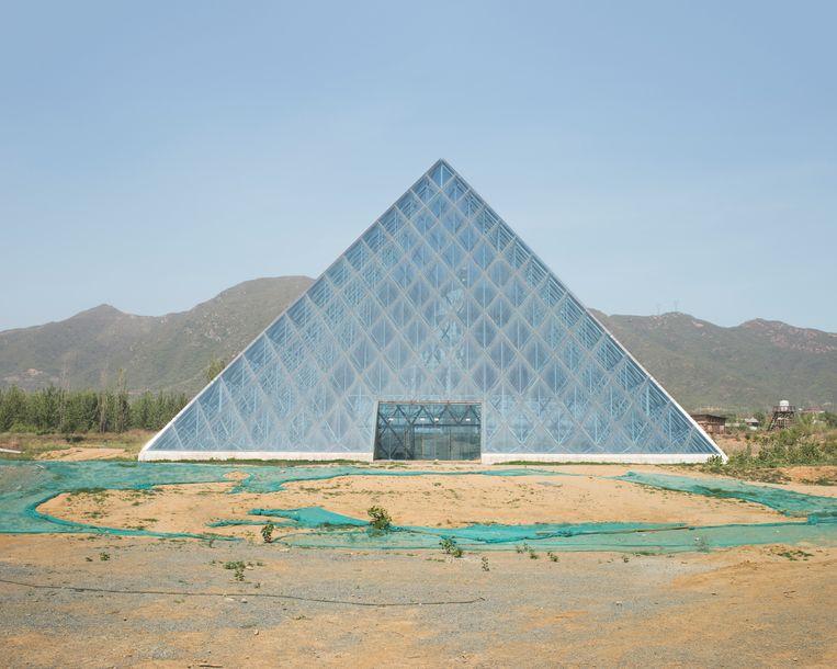 De glazen piramide voor het Louvre (origineel in Parijs) Beeld PAULINE NIKS