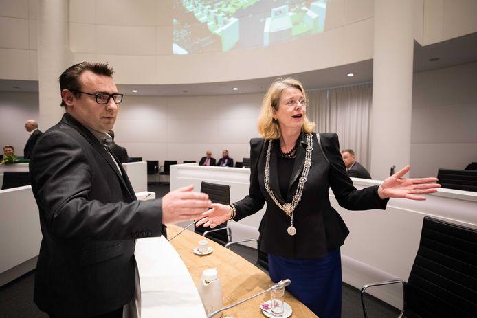 Burgemeester Krikke en Richard de Mos in de raad. Krikke vroeg De Mos en zijn collega Guernaoui om lopende het onderzoek terug te treden.