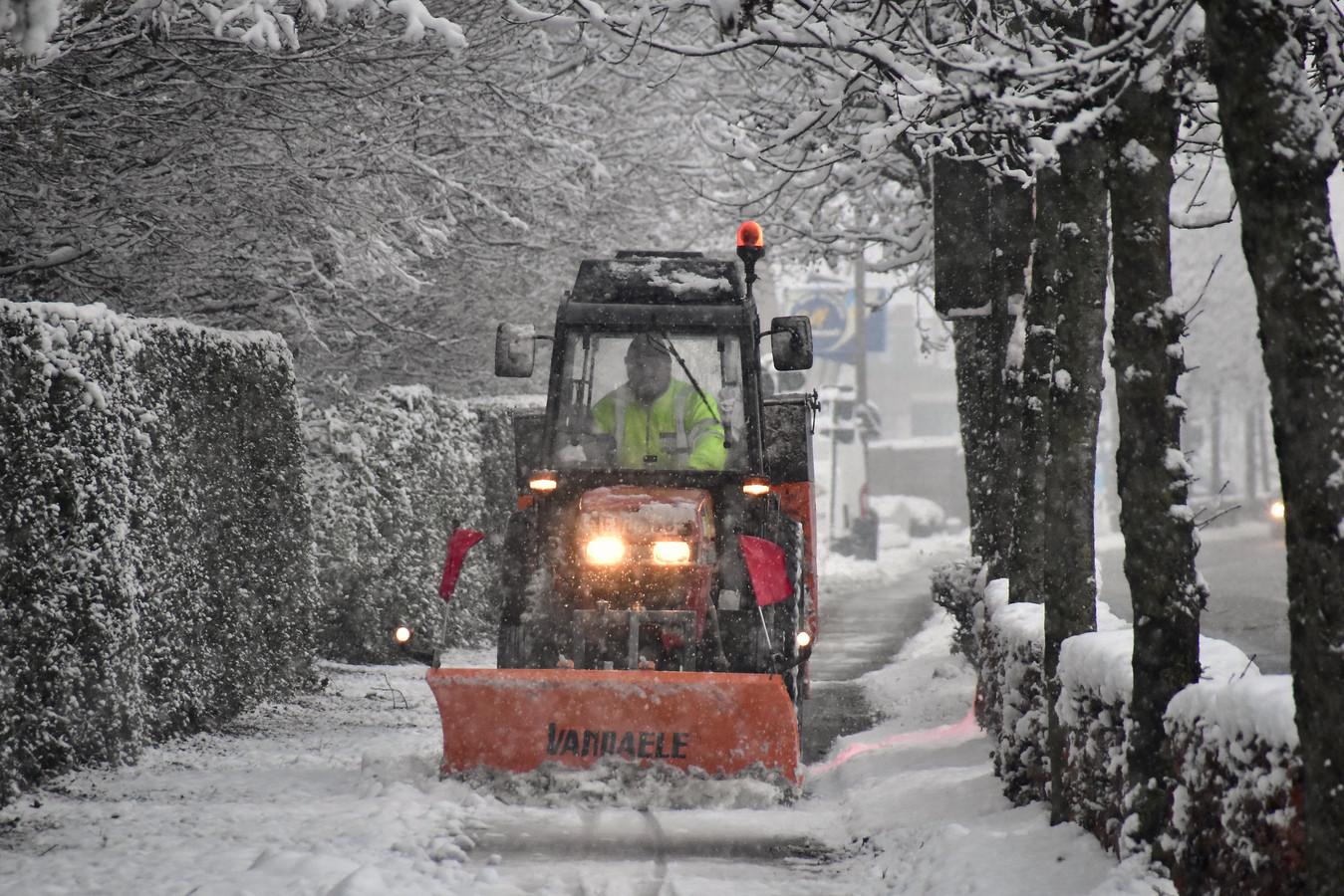 Voor de tweede keer in een week tijd werd de recent aangekochte tractor ingezet waarmee fietspaden kunnen worden geruimd.