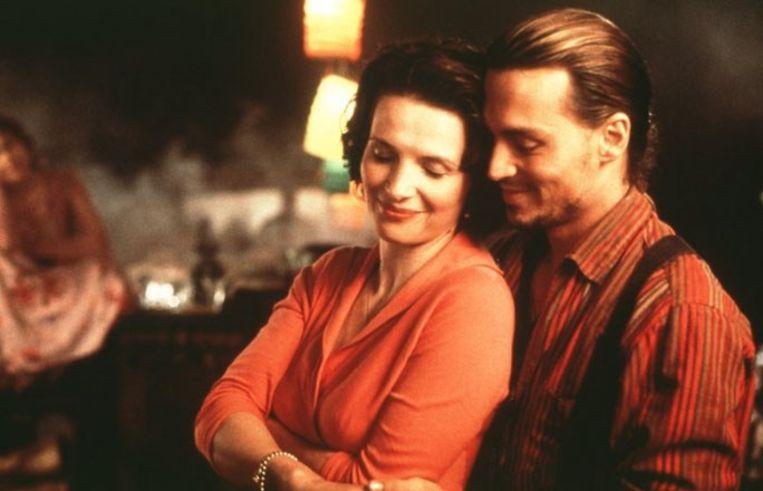 Juliette Binoche en Johnny Depp snoepen van chocolade en van elkaar in 'Chocolat'. Beeld rv
