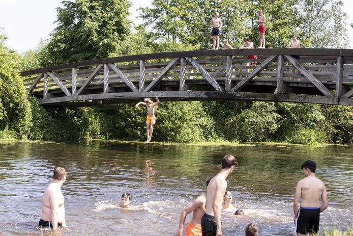 De brug over de Regge blijft toch een uitdaging voor jongeren, zeker met mooi weer.