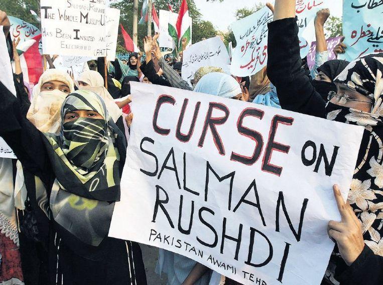 Pakistaanse demonstranten ageren in Lahore tegen de Brits-Indiase schrijver Salman Rushdie. Beeld afp