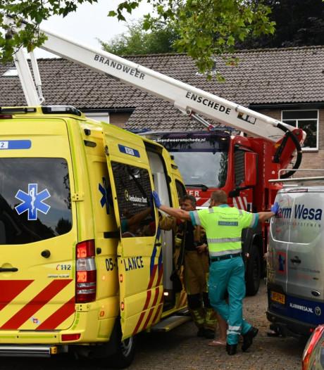 Hulpdiensten rukken uit voor zolderbrand bij woning in Enschede