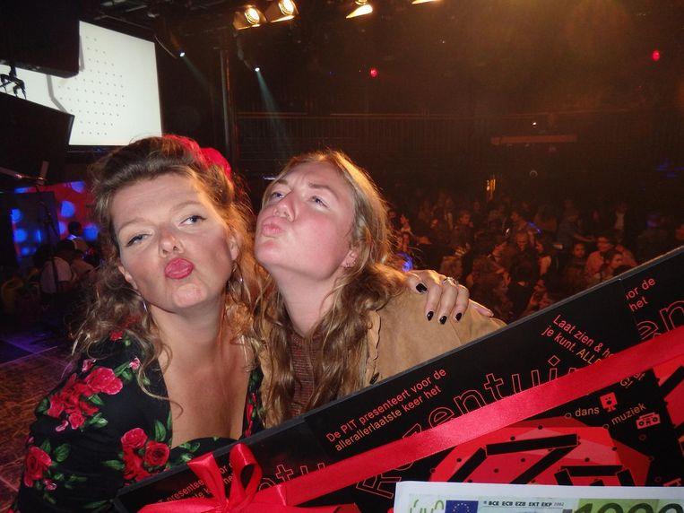 Jana Mila (r) wint met het lied Rosa, naast de moeder van het Rozentuinfestival, Bettie de Bruijn. Beeld Schuim