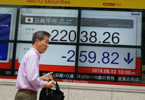Schermen tonen de dalende waarde van de lira op de beurs in Tokyo.