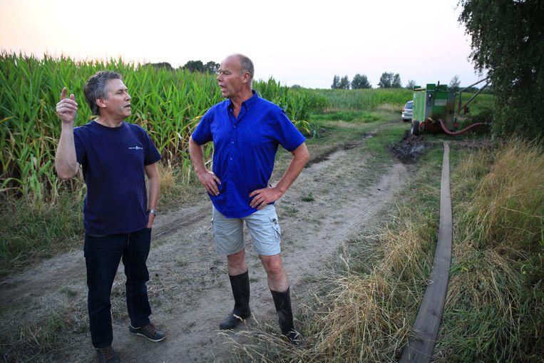 Droogtecontroleur in gesprek met een boer. Beeld Arie Kievit