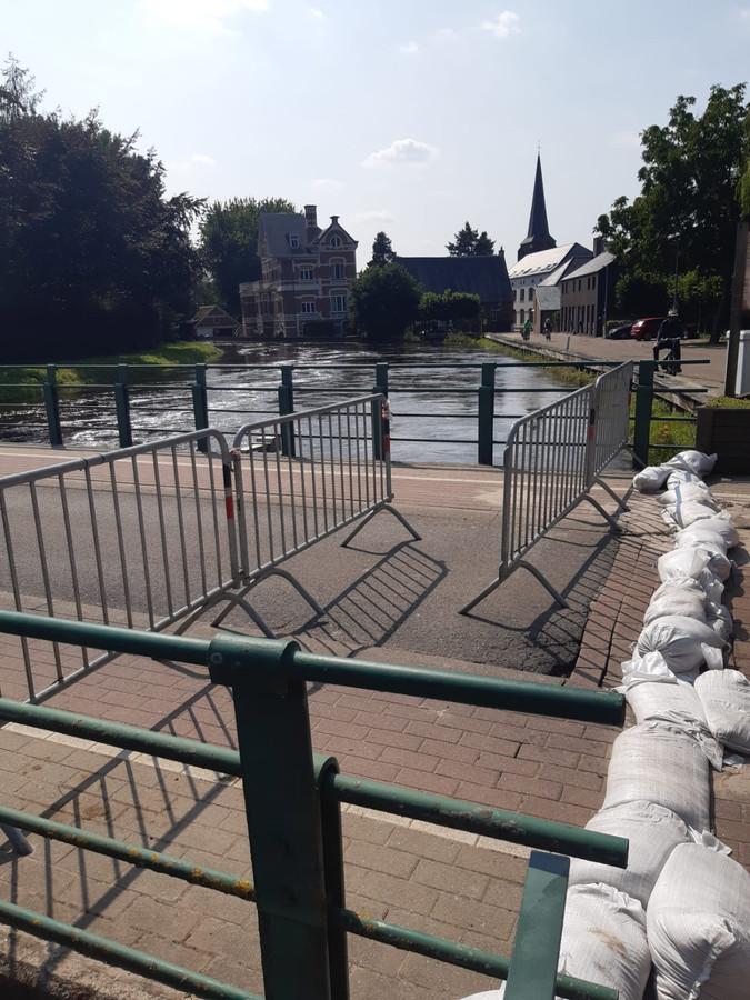De brug in Testelt werd met hekwerken afgesloten, hier is enkel nog doorgang mogelijk te voet of met de fiets aan de hand. Volg de omleidingen. De politie doet controle, hardleerse bestuurders worden beboet.