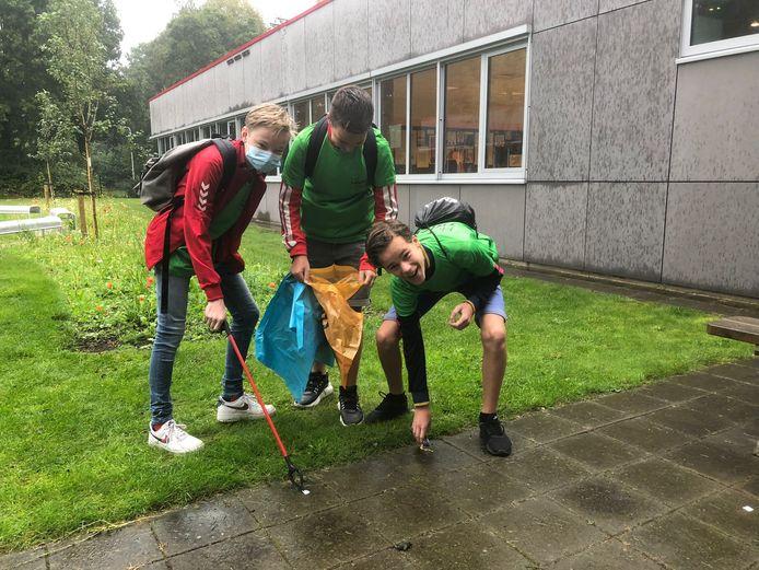 Leerlingen van Twickel College tijdens de schoonmaakactie.
