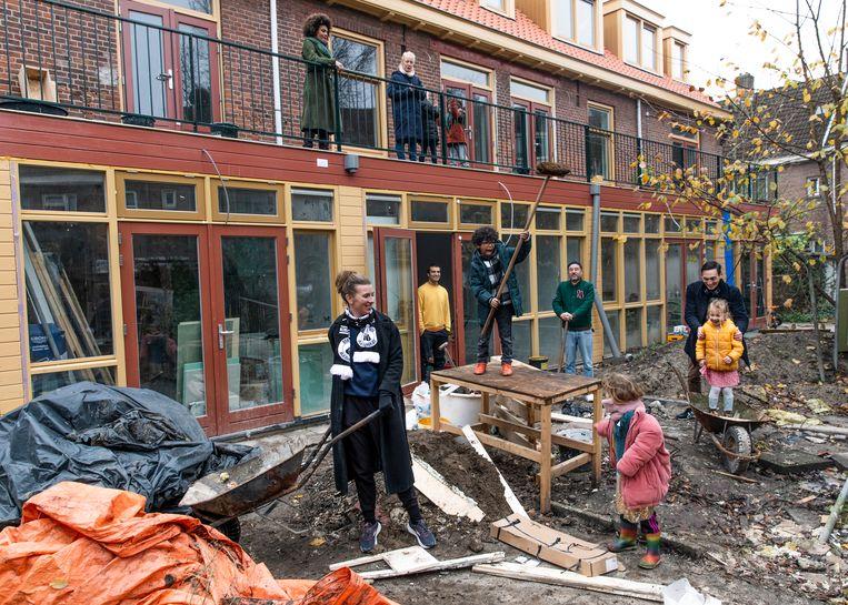 De verbouwing van het woonblok van Willempje Vrins, Stuart Holt en hun buren. Beeld Lin Woldendorp