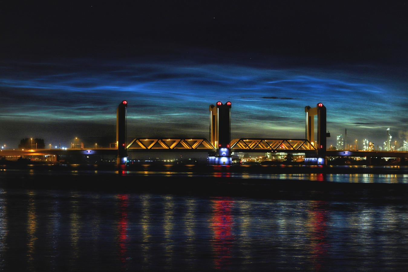 Nachtwolken boven de Botlek bij Rotterdam