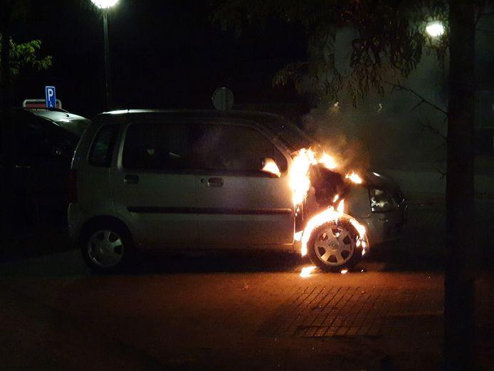 Verdere schade in de omgeving van de brandende auto kon worden voorkomen, doordat mensen snel hun eigen auto verplaatsten.