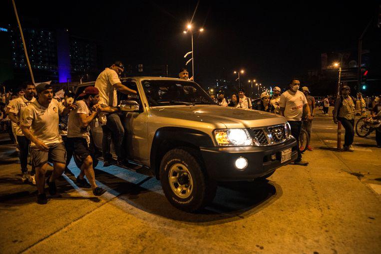 Iedereen wil een glimp meepakken van de held die op 10 november vorig jaar met een grote bijbel het presidentieel paleis in La Paz binnen sloop, enkele uren voor Morales' vertrek.  Beeld Marcelo Perez del Carpio