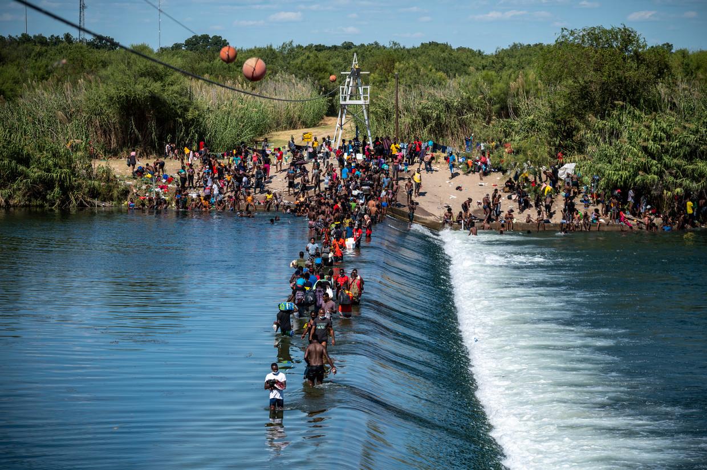 Vluchtelingen steken de Rio Grande tussen Mexico en de VS over. Beeld Getty Images