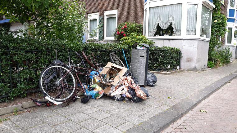 De prullenbakken en afvalzakken op straat puilen uit. Beeld Bruce Haase