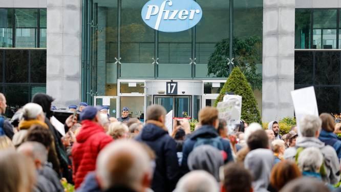 """Duizend antivaxers betogen voor deuren Pfizer in Elsene: """"Covid Safe Ticket is mechanisme om volk te controleren"""""""