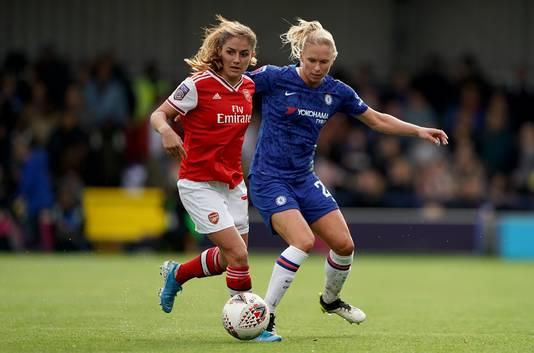 Danielle van de Donk vorig seizoen in actie tegen Chelsea, dat kampioen werd.