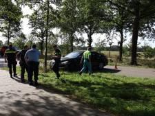 Man nuttigt te veel alcohol en botst met auto tegen boom in Volkel