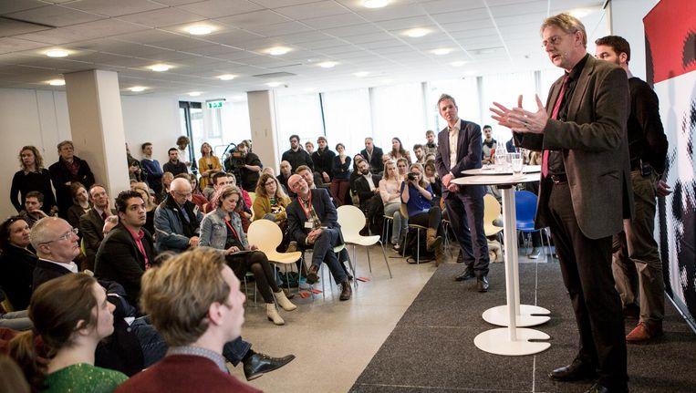Gerard Meijer (rechts) bij een Actualiteitencollege op de Radboud Universiteit in Nijmegen in 2015. Beeld Julius Schrank / de Volkskrant