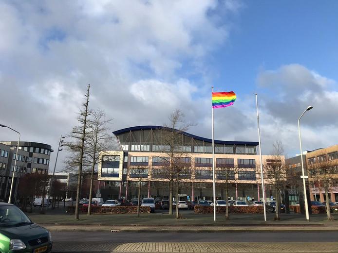 De regenboogvlag wappert op het Stadhuisplein in Gorinchem.