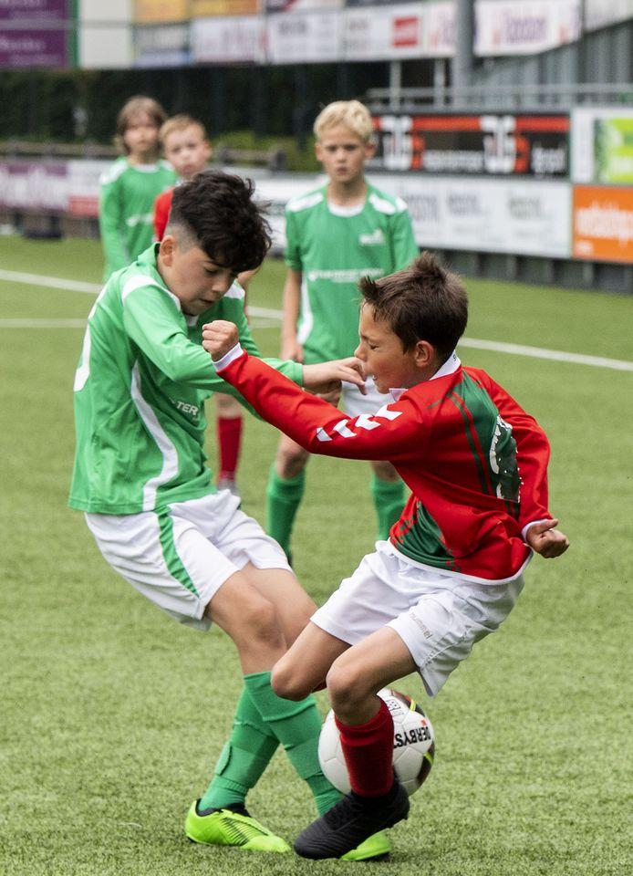 Jaaaaaa, eindelijk wordt er weer competitie gevoetbald. In Haaksbergen troffen jonge voetballers van HSC'21 en Bon Boys elkaar.