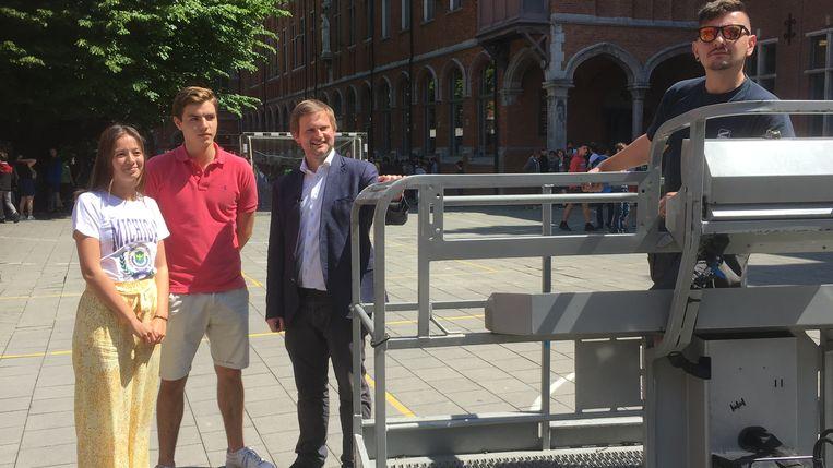 Vlaams Parlementskandidaat Bart Vanmarcke met Nicolas en Eline kort voordat ze in de hoogtewerker stapten.