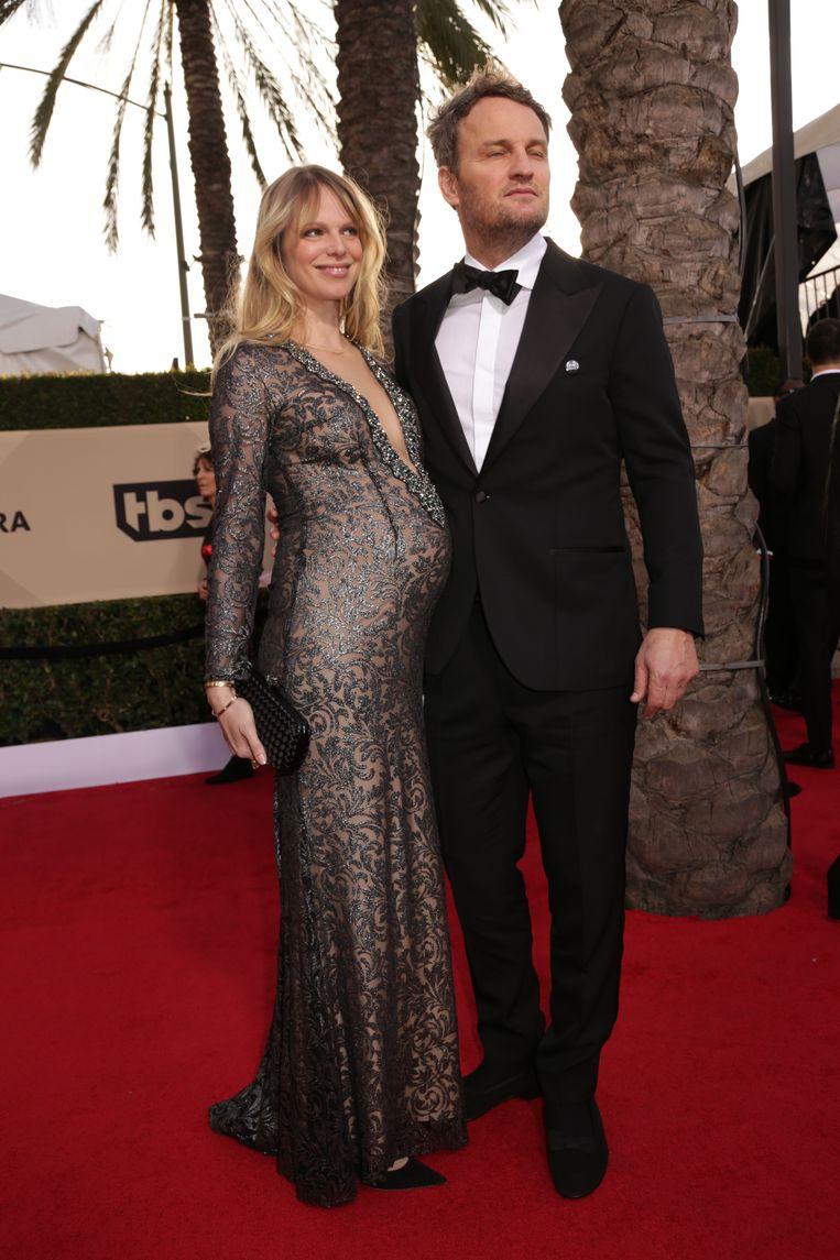Jason Clarke en een zwangere Cécile Breccia op de rode loper.