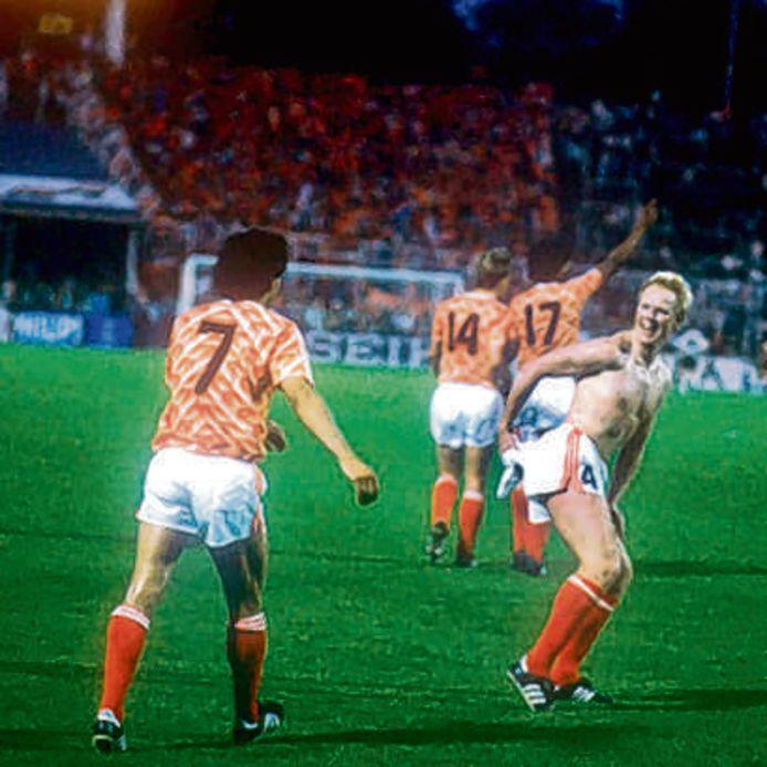 Ronald Koeman veegt zijn achterwerk af met het shirt van Olaf Thon.