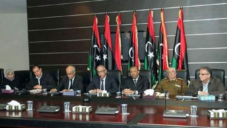 De Libische minister president Ali Zeidan (midden) stond met andere leden van de regering in november de pers te woord over de gespannen situatie in het land. Beeld EPA