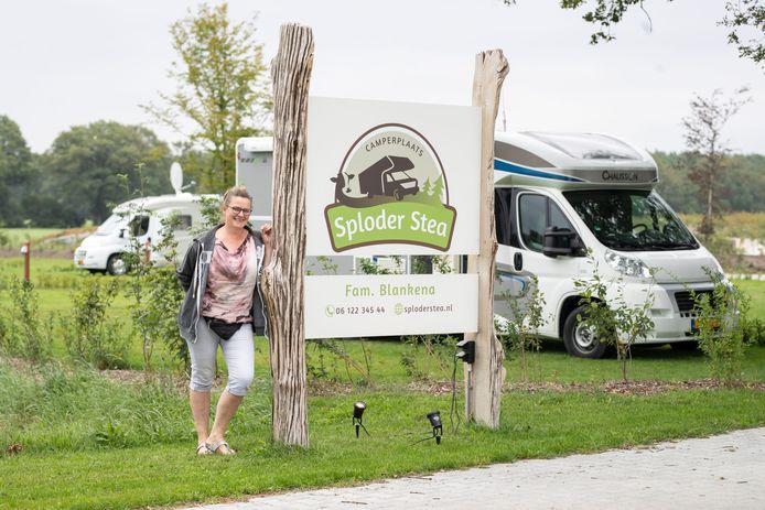 Eigenaresse Dianne Blankena van camperplaats Sploder Stea en een melkveehouderij, die zij samen met haar man Gerrit runt.
