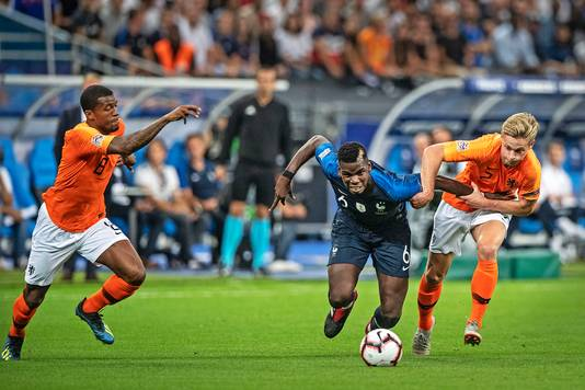 Frenkie de Jong in duel met Paul Pogba.