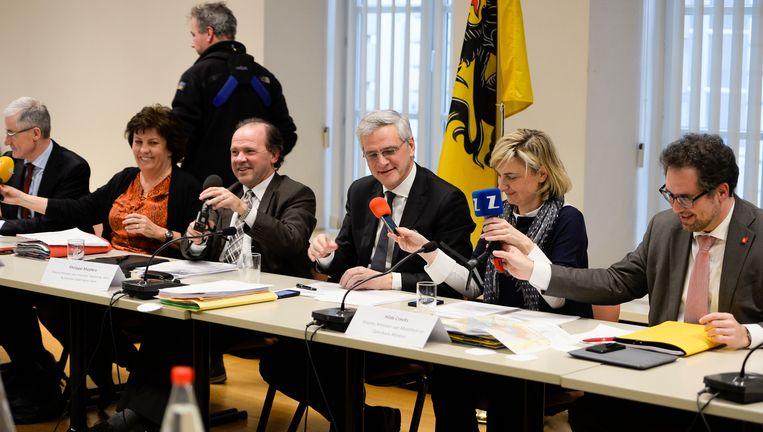 De Vlaamse regering bij de voorstelling van het Valentijnsakkoord rond de Oosterweelverbinding. Beeld BELGA