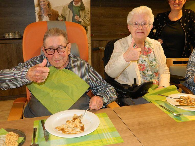 Jozef Hulstaert (95) en Laurette Van Rentergem (80) steken de duim omhoog voor de lekkere kneutels.