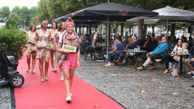 Handelaars showen nieuwe collecties tijdens modewandeling