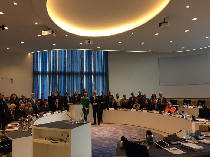 De vergaderdag werd ook benut om een nieuwe groepsfoto te maken, met nieuwe burgemeester Arjen Gerritsen.
