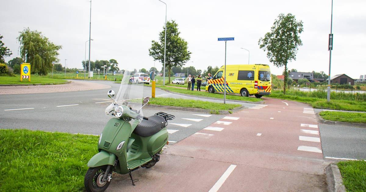 Scooterrijder naar het ziekenhuis na botsing op rotonde in Nijkerk.