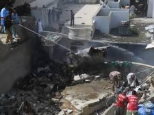 Vliegtuig crasht in woonwijk Pakistan: 'Minstens 2 overlevenden, 41 lichamen van passagiers geborgen'