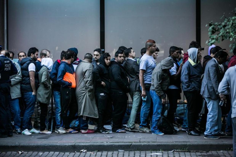 Lange rijen vluchtelingen voor de Dienst Vreemdelingenzaken in Brussel. (Archiefbeeld) Beeld Bas Bogaerts